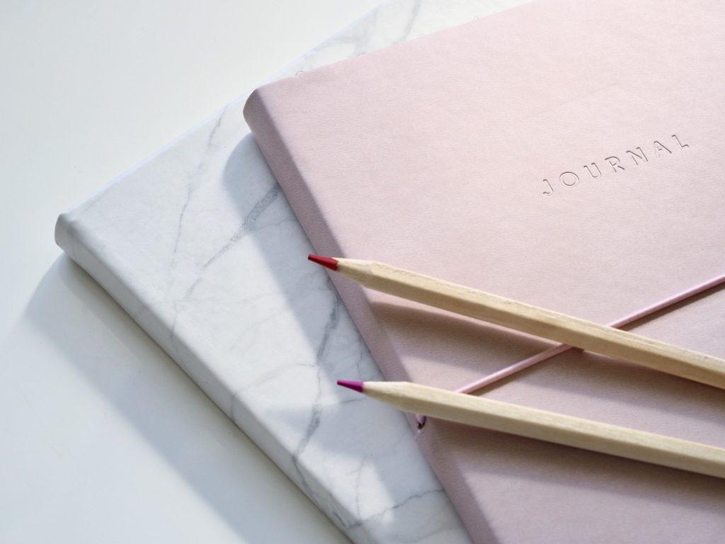 Stifte und Buch